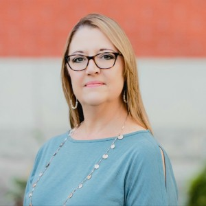 Headshot of Laurie Stowe Medone Employee